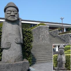 73済州民俗自然史博物館トルハルバン2体*70.jpg