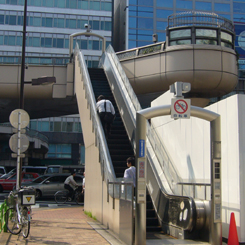 P1070543エスカレーター付歩道橋 銀座ときめき橋 70 8.9x.jpg