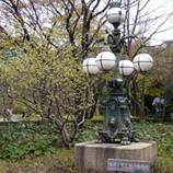 33 P1060095皇居正門石橋旧飾電燈*45 8.9x.jpg